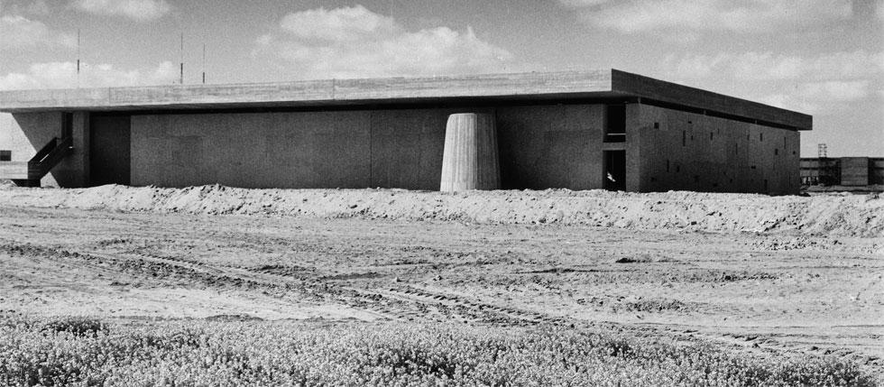 וזהו בניין מפורסם שמעולם לא פתח את שעריו לייעודו המקורי: השוק הקמעונאי הסגור של באר שבע (צילום: באדיבות ארכיון אדריכלות ישראל, תל אביב)