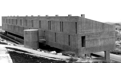 החזית האחורית. כאן הגיע הצמד לשיא שליטתו באומנות הבטון (צילום: באדיבות ארכיון אדריכלות ישראל, תל אביב)