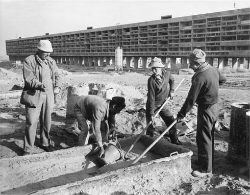העבודות על בניין הרבע קילומטר בבאר שבע, שהיה הארוך ביותר בארץ (צילום: באדיבות ארכיון אדריכלות ישראל, תל אביב)