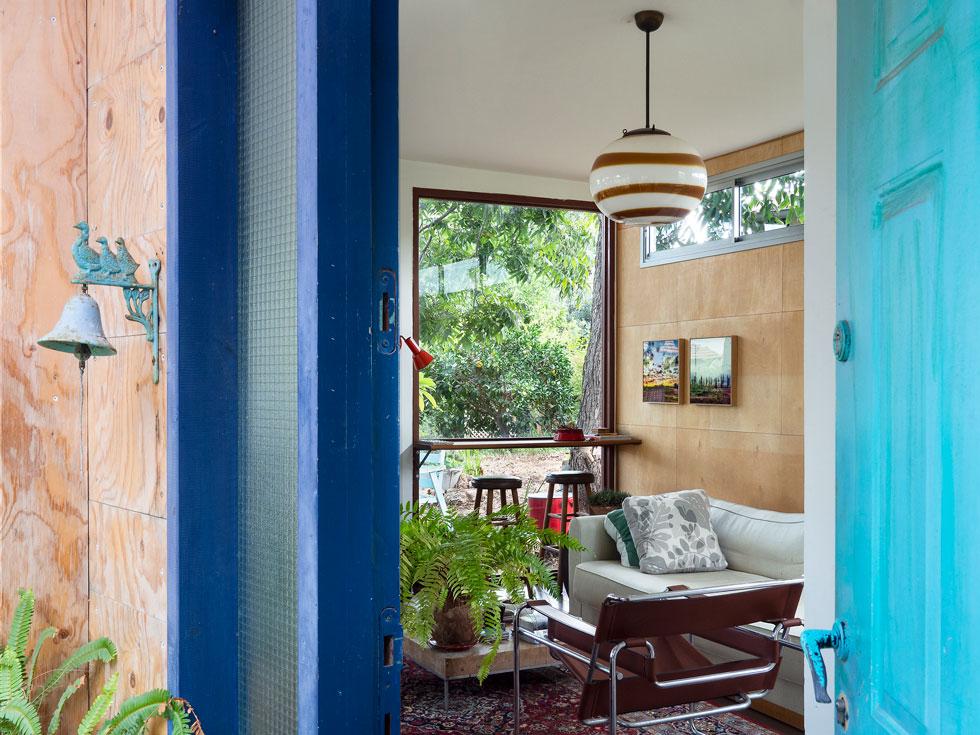 לבית יש שתי דלתות כניסה (ועוד כמה יציאות החוצה). זו הדלת שנפתחת אל הסלון שנוסף לו כמעין שלוחה מאוחרת (צילום: נגה שחם פורת)
