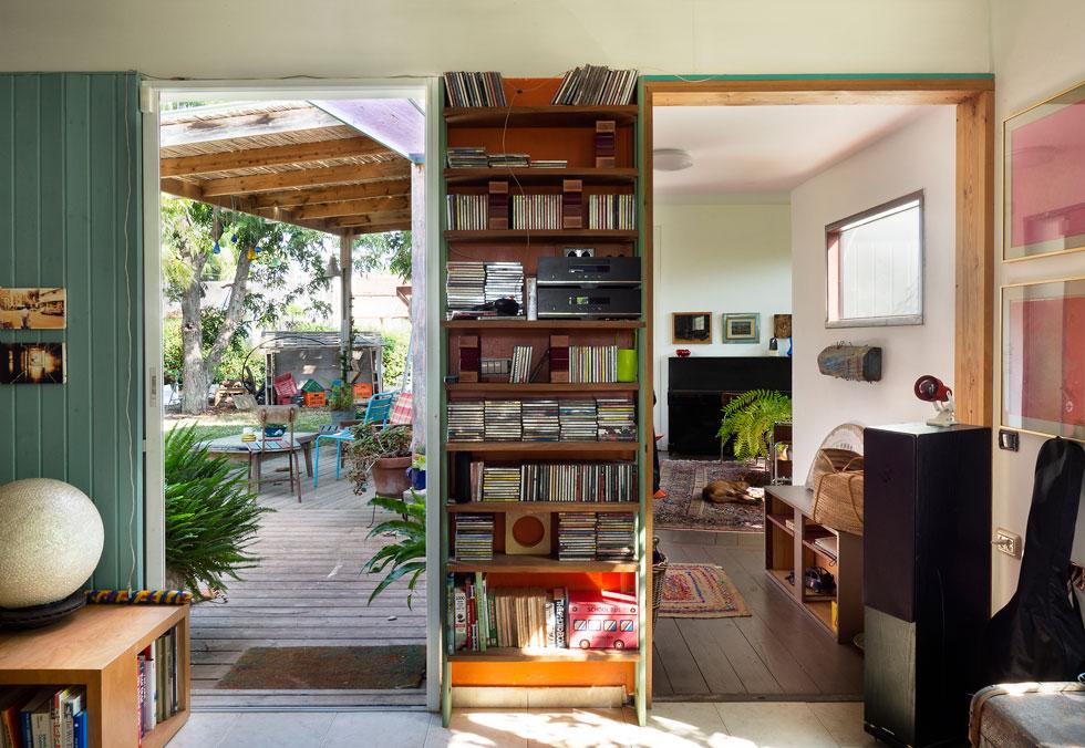 שתי דלתות מקבילות: אל המעבר לסלון שנוסף, ואל הגינה. ''אם יש לי רעיון, אני יכול ב-12 בלילה לצאת לחצר ולהזיז דברים'' (צילום: נגה שחם פורת)