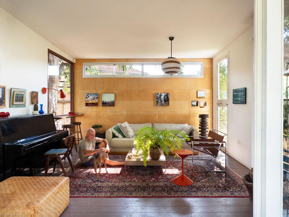 איציק גור תכנן את החדר סביב חלונות ודלתות שאסף עם השנים. כאן אין בלגן של ילדים (צילום: נגה שחם פורת)