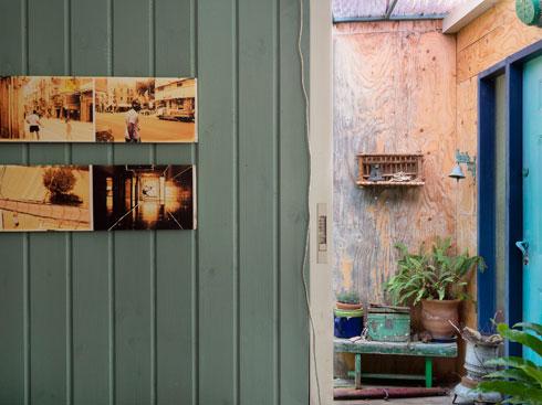 על הקיר פרויקט גמר של מיכל דוקרסקי, מתערוכת בוגרים בה ביקר (צילום: נגה שחם פורת)