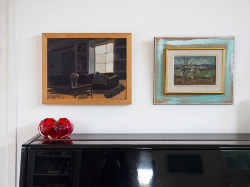 מימין עוד ציור שנמצא בזבל, משמאל ציור של ענת מעוז (צילום: נגה שחם פורת)