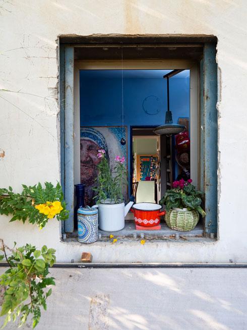 הממ''ד הפך לחדר עבודה. על הקיר עבודה של גיא לוגשי, פסיפס כפתורים שיוצר את דמותה של אמא תרזה (צילום: נגה שחם פורת)