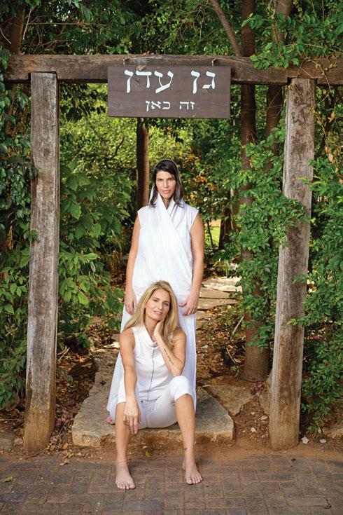 """""""אני יכולה להגיד שמצאנו את גן העדן שלנו"""". פריידי מרגלית בחצר ביתה עם בת זוגה אלימור הניג  (צילום: יונתן בלום)"""