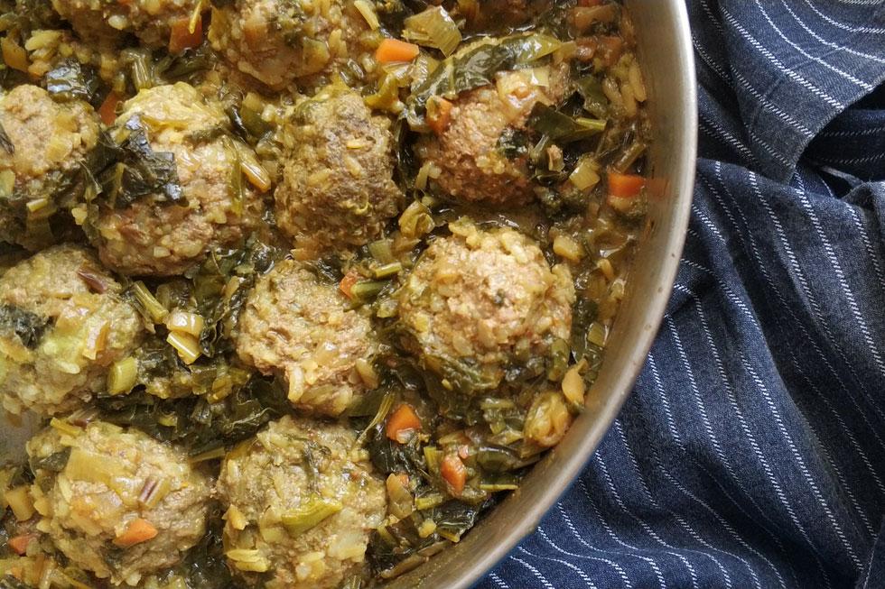 סיר גדול שיש בול הכול: כדורי בשר עם אורז מבושלים ברוטב חמצמץ (צילום: ילנה ויינברג)