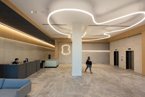 מבואת הכניסה למשרדי בזק. מנורת התקרה עוצבה בהשראת סמליל החברה (צילום: דור נבו)