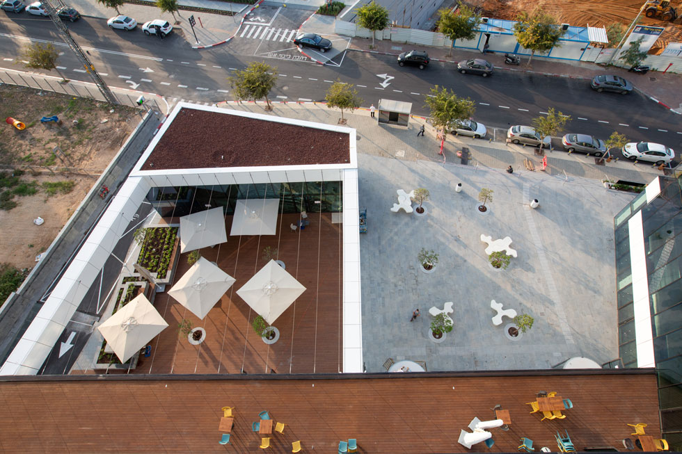 מבט מלמעלה על רחבת הכניסה. מבנה נפרד וקטן הוקם כדי לגבש רחבת כניסה מזמינה עם בית קפה (צילום: דור נבו)