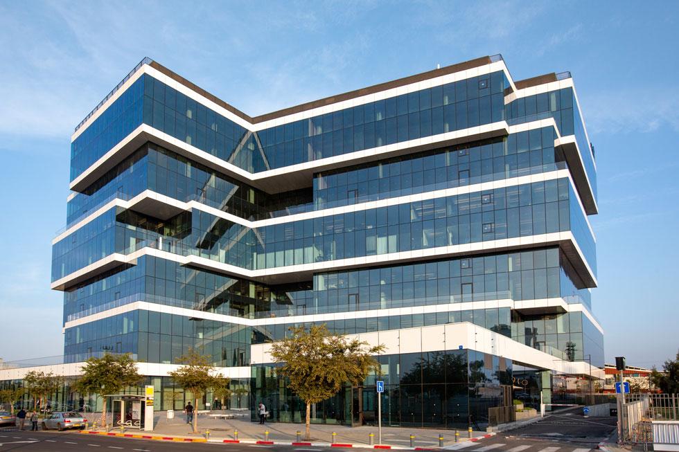 בניין המשרדים החדש של עזריאלי באזור התעשייה חולון, בתכנון בר אוריין אדריכלים. 11 קומות מעל 3 קומות חניון תת-קרקעי (צילום: דור נבו)