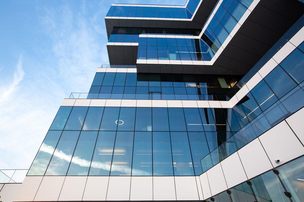 כדי להימנע מקופסה סתמית, הוסט כל זוג קומות באופן שמאפשר מרפסות רחבות. האדריכל גידי בר אוריין מזהה דרישה ברורה של הלקוחות, בעקבות הקורונה, למיקסום שטחי החוץ גם במגורים וגם במשרדים (צילום: דור נבו)