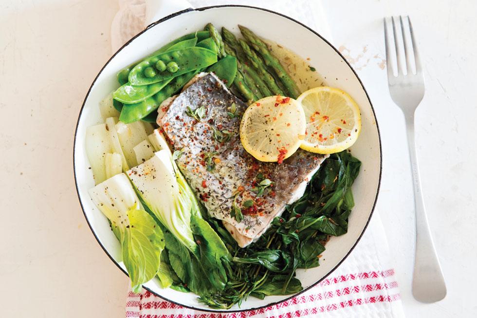 פילה דג עם ירוקים של חורף  (צילום: יוסי סליס, סגנון: נטשה חיימוביץ')