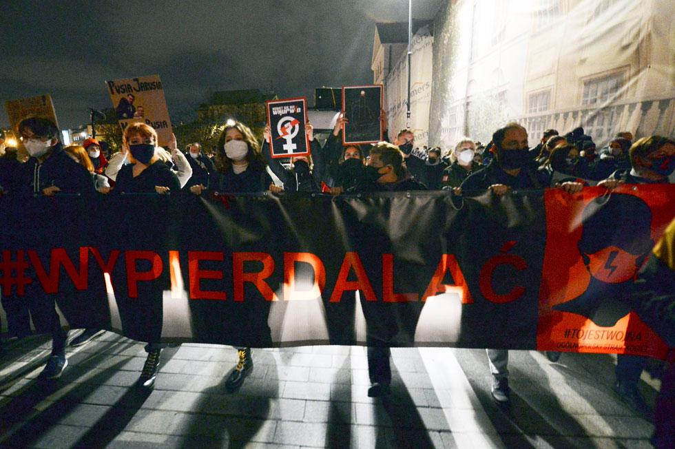 """""""כנסייה ומדינה התמזגו יחד והולידו סכסוך"""". הפגנה בפולין נגד חוק ההפלות (צילום: AP)"""