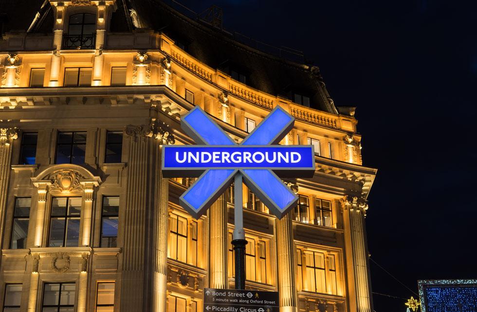 השלטים הניאוניים בכיכר כבר הוסרו, אך תחנות ברחבי העיר קיבלו למשך השבועות הבאים את שמותיהם של משחקים פופולריים (צילום: Travers Lewis/Shutterstock)