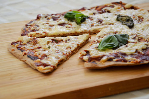 פיצה מקמח מלא, ללא שמרים (צילום: אפרת סיאצ'י)