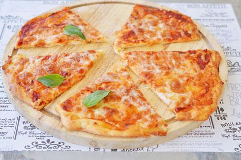 פיצה עם בצק מוצרלה (צילום: אפרת סיאצ'י)