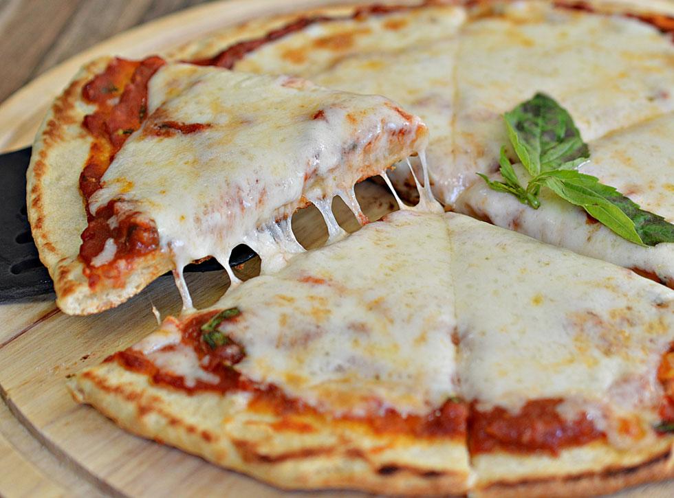 אין לכם תנור? אפשר להכין במחבת פיצה מעולה. (צילום: אפרת סיאצ'י)