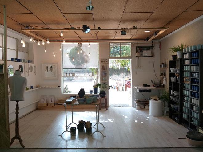 """הסטודיו והחנות בפרדס חנה. """"ביקשתי ליצור יותר בקלות, בקטן"""" (צילום: אלבום פרטי)"""