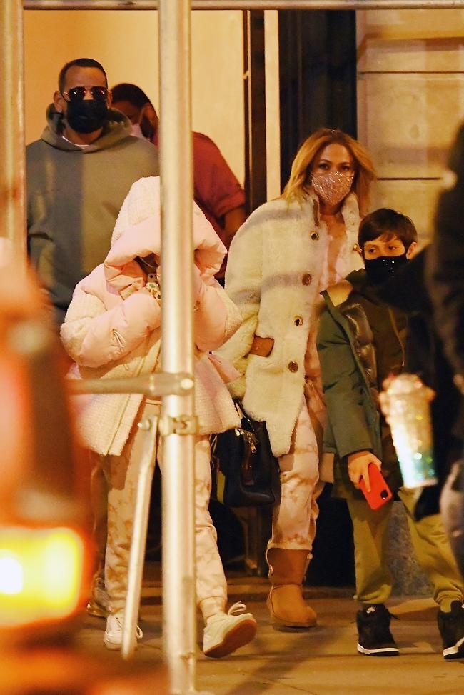 ג'ניפר לופז, אלכס רודריגז והילדים אלכס אמה (צילום: Backgrid)