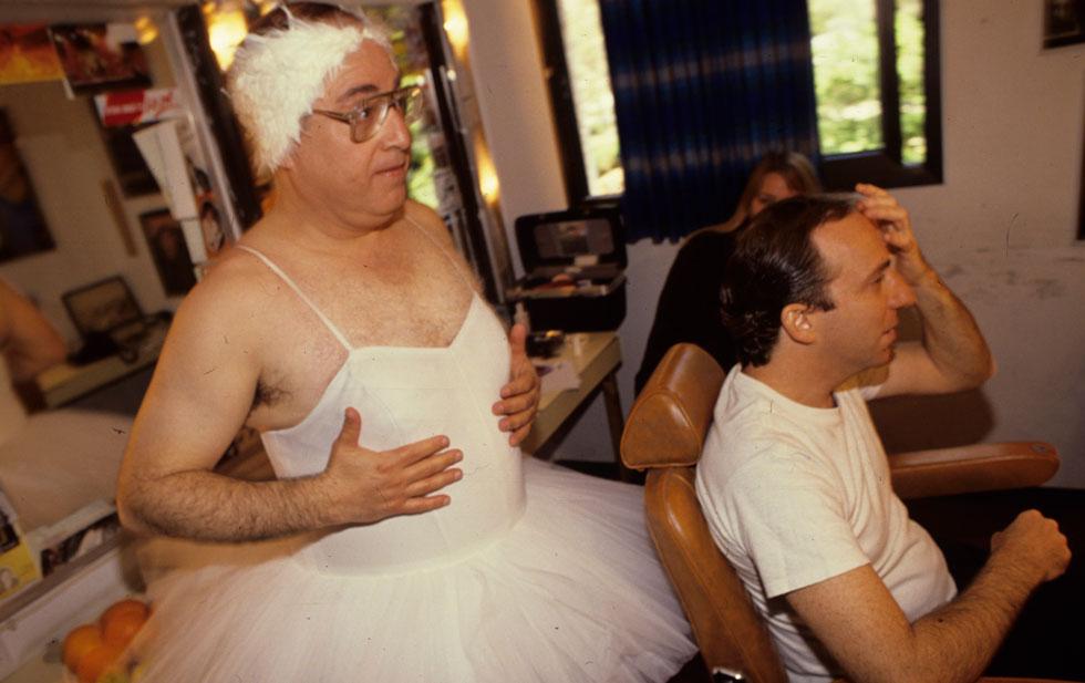 """1990: צפיר מחופש לרקדנית בלט, מאחורי דני סנדרסון, בהכנות למופע. """"ברגע שנכנסה הטלוויזיה המסחרית, הסאטירה נהייתה יותר בידור"""" (צילום: שלום בר טל)"""
