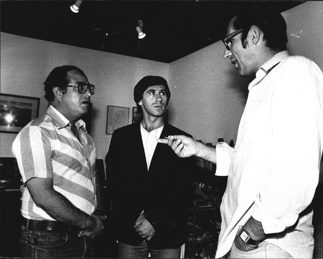 """צפיר (משמאל) עם מוטי קירשנבאום, שביים אותו ב""""ניקוי ראש"""" (במרכז: השחקן יוני חן). """"לא היו לנו מעצורים"""" (צילום: שלום בר טל)"""