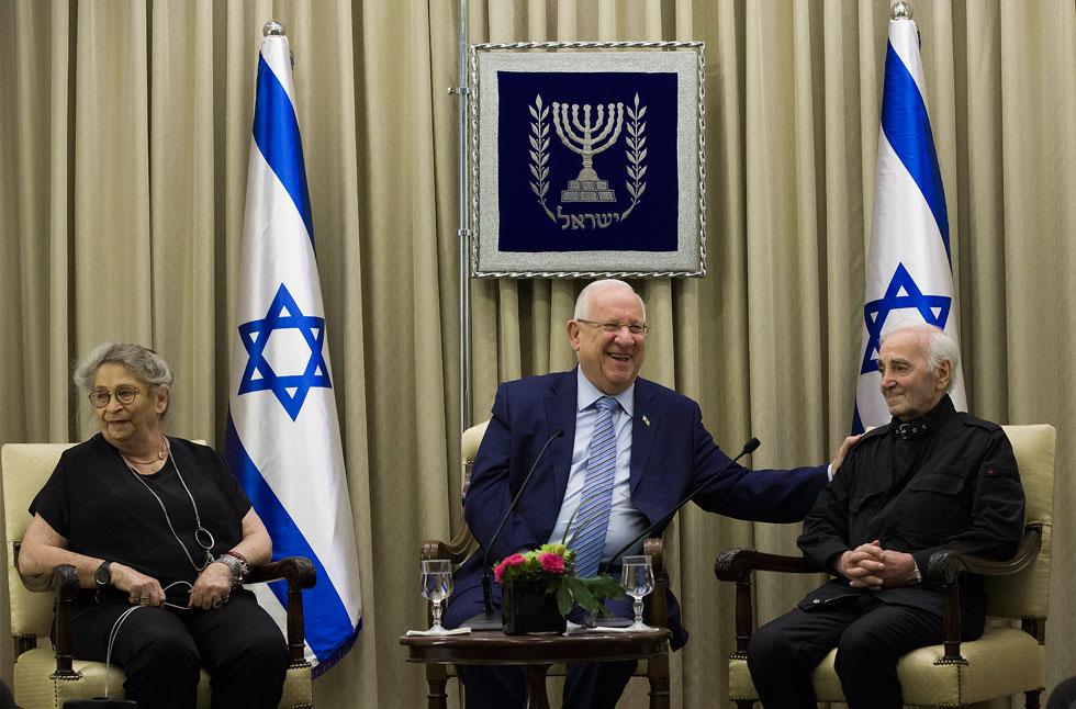 """אוקטובר 2017, שנה לפני מותו: אזנבור (מימין) בירושלים, עם הנשיא ריבלין ואשתו נחמה ז""""ל. קיבל עיטור מיוחד ע""""ש ראול ולנברג (צילום: AP)"""