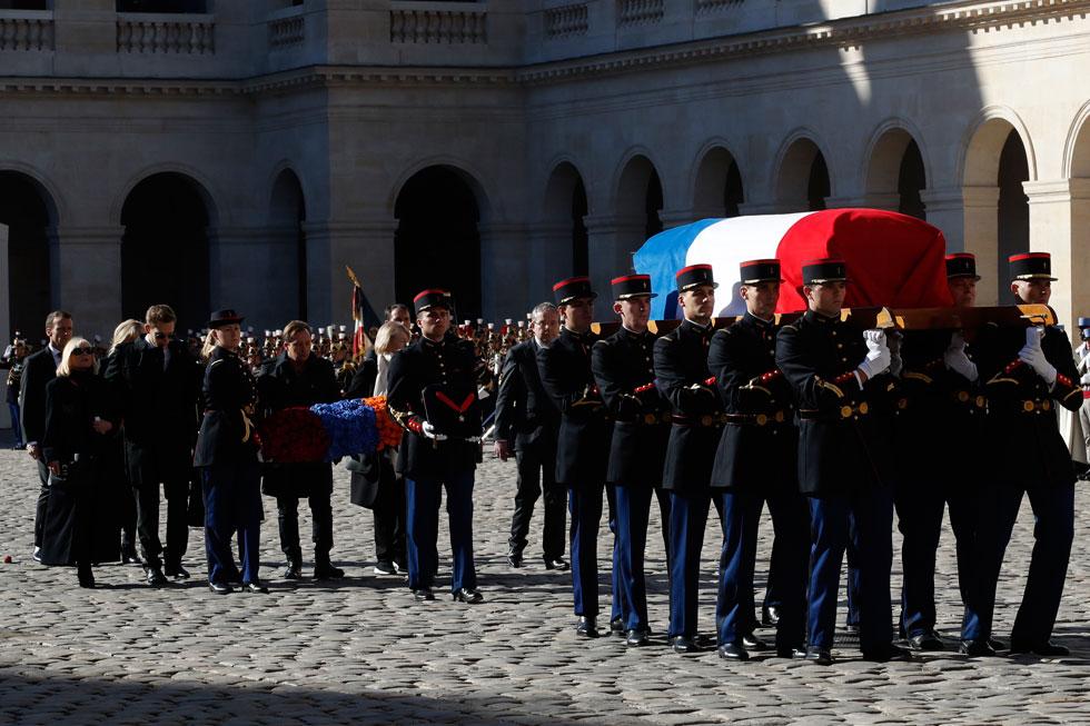 """טקס האשכבה הממלכתי בארמון האינווליד בפריז, בהשתתפות נשיאי צרפת בהווה ובעבר. למטה: אזנבור שר עם אנריקו מסיאס את """"הבה נגילה"""" (צילום: AP)"""