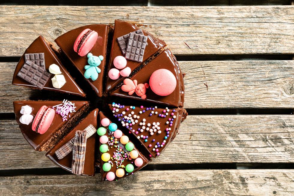 עוגת שוקולד (ללא שוקולד) שאפשר לשדרג ולקשט עם ממתקים ועוגיות (צילום: שרית גופן, סגנון: עמית דונסקוי)