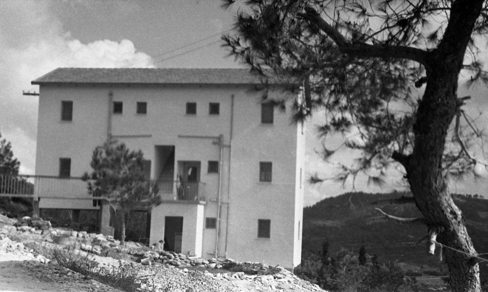 כך הם נראו בעבר. הקיבוץ הפסטורלי עם בית ההארחה המפורסם שוכן על צלע הכרמל מול הים (צילום: ארכיון ביקלס, משכן לאמנות עין חרוד)