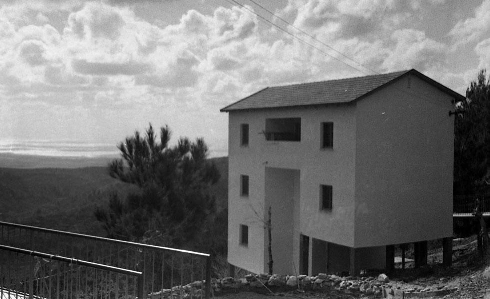 את מבני המגורים הללו הקימה הסוכנות היהודית בשנות ה-50, אחרי קום המדינה. השריפה הפכה אותם לשלדים (צילום: ארכיון ביקלס, משכן לאמנות עין חרוד)