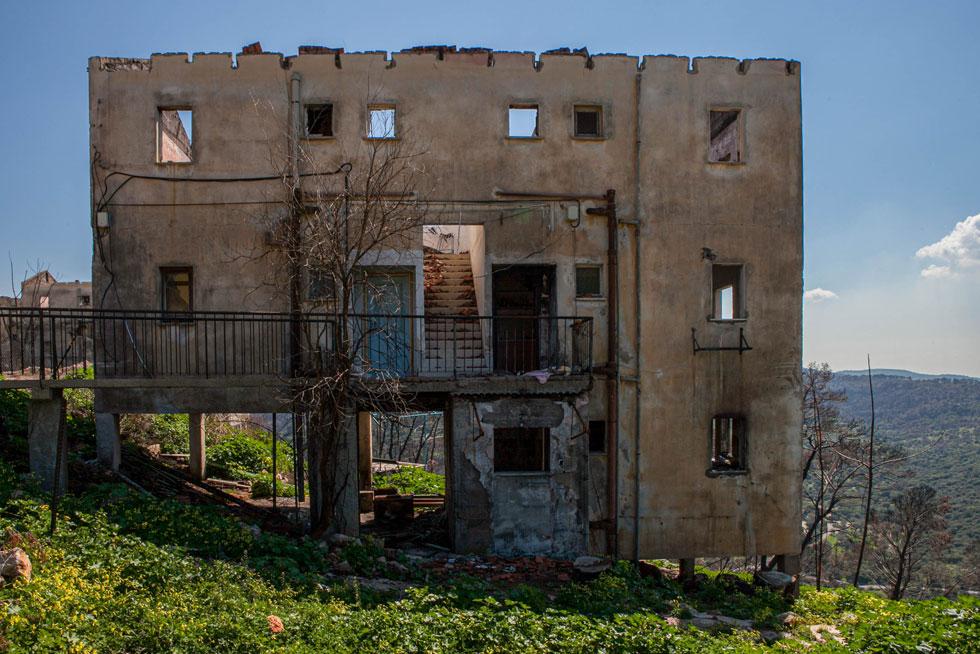 חלק גדול מהבתים בקיבוץ בית אורן נהרסו לחלוטין (צילום: Adva Baram)