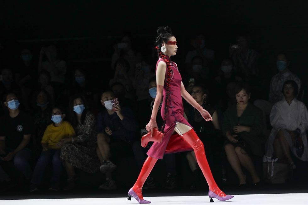 """""""עקבי החתלתולה"""" שבים למסלול בשבוע האופנה בבייג'ינג, 2020 (צילום: Lintao Zhang/GettyimagesIL)"""