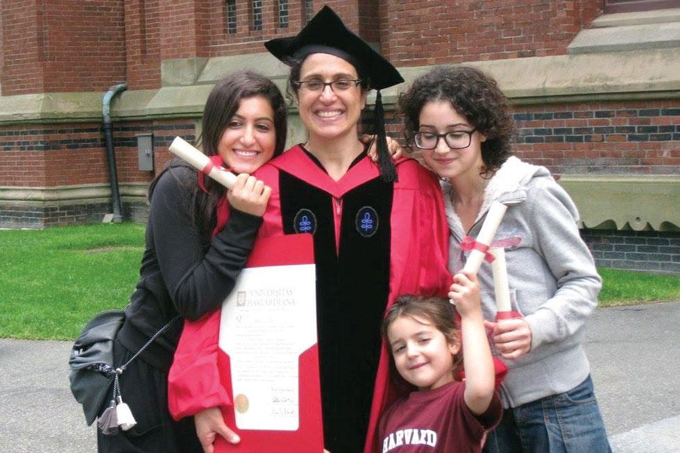 """הרווארד 2010: ד""""ר גבריאלה ברזין בטקס קבלת הדוקטורט, עם בנותיה דניאלה, הודיה ומיכל (צילום: אלבום פרטי)"""