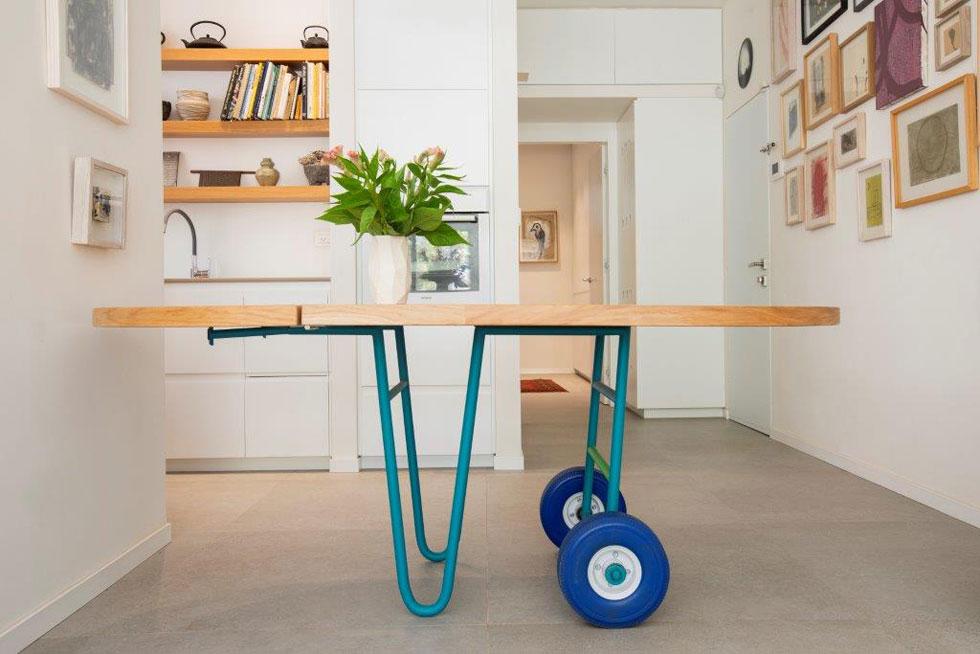 השולחן מדגים את הניידות. אם הוא יכול לזוז ולפנות חלל בבית כשאינו בשימוש, גם חדר יכול להתנייד בתוך מעטפת הדירה לפי הצורך - כשמישהו נמצא בו, או כשהוא איננו (צילום: רוני כנעני)