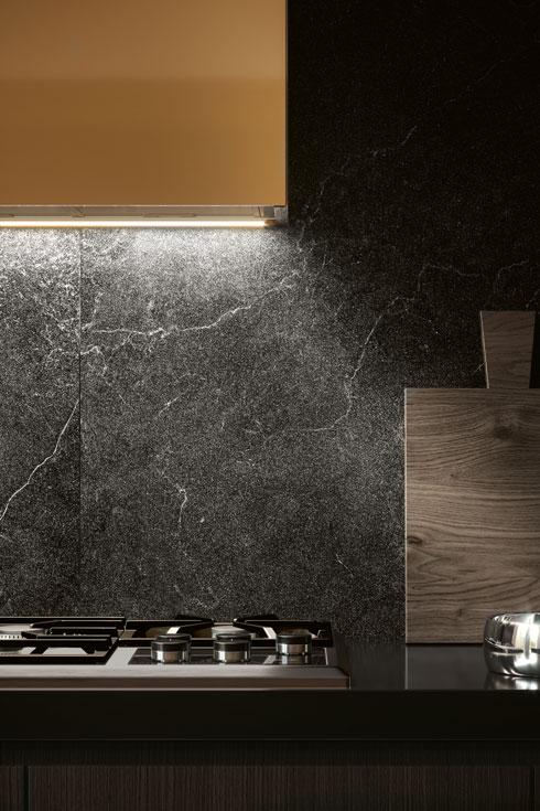 אם הקיר מחופה בחיפוי שחור, כדאי למקם את גופי התאורה עליו, כך שהם יפזרו אור על הקיר. ניתן להשיג ב-HeziBank (צילום: COTTO D'ESTE)