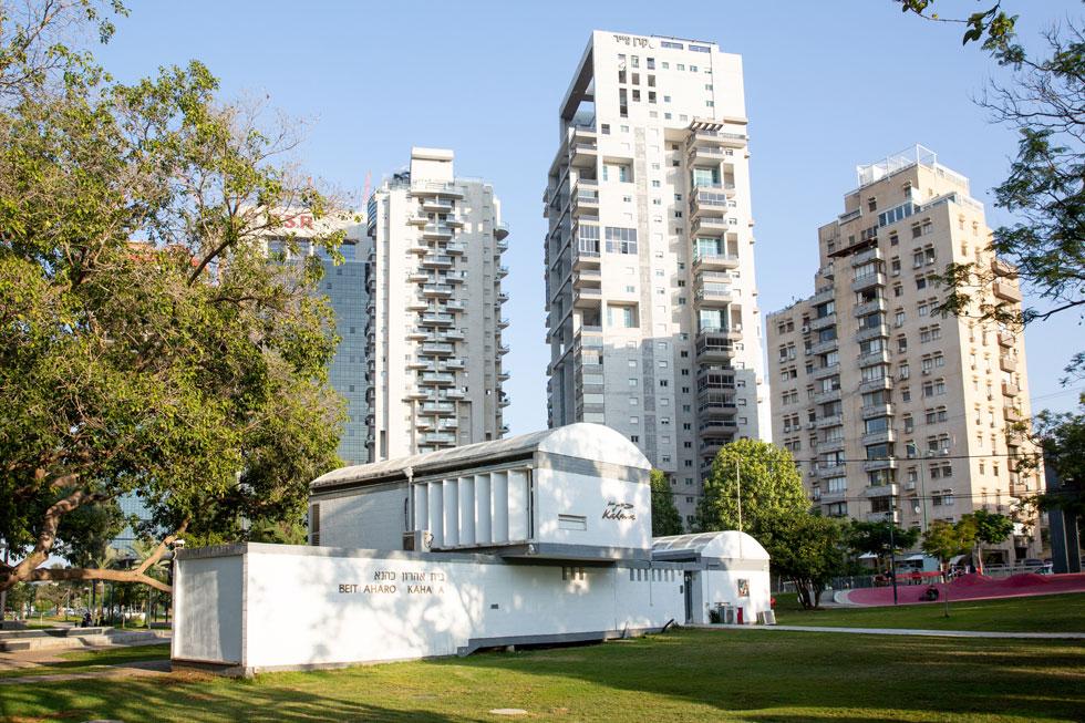 אדריכלות מול אדריכלות. בית כהנא למרגלות מגדלי מגורים חדשים ברחוב אבא הלל סילבר (צילום: דור נבו)