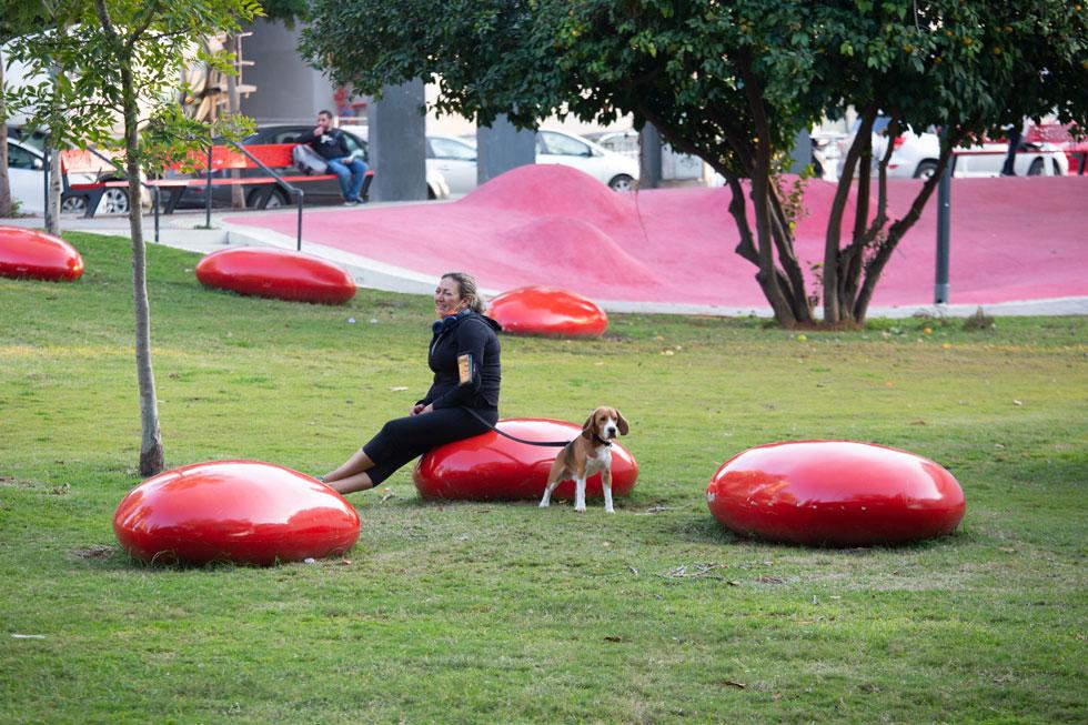 אלמנטים אדומים מזמינים לשחק ולשהות בגן כהנא, הסמוך לשביל יונתן (צילום: דור נבו)