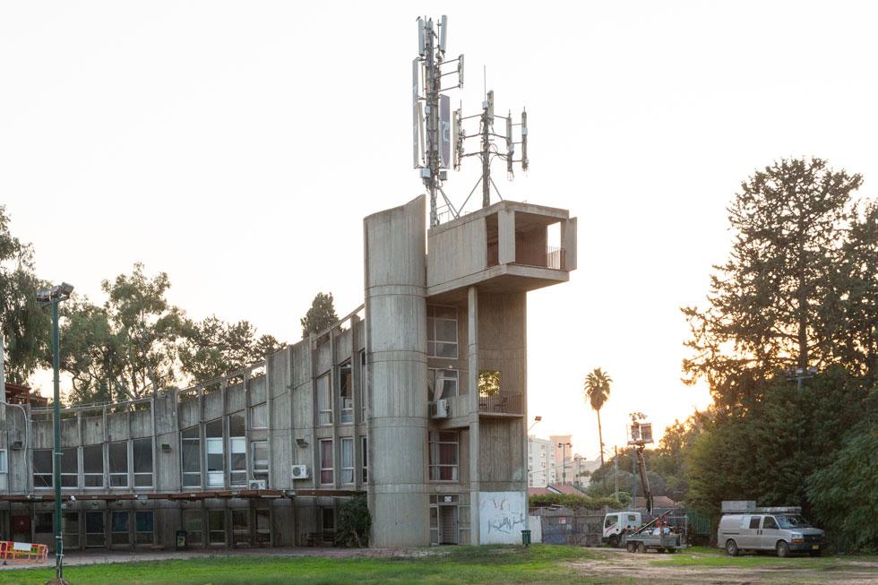 וזהו בית הצנחן, חלק מחוליה של מבני ציבור שעיריית רמת גן הקימה במשך שנים לאורך הירקון, וחסמה באמצעותם את המבט לנחל (צילום: דור נבו)