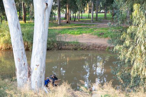להירגע על שפת הנחל. שביל יונתן נמתח לאורך 2.5 קילומטרים (צילום: דור נבו)