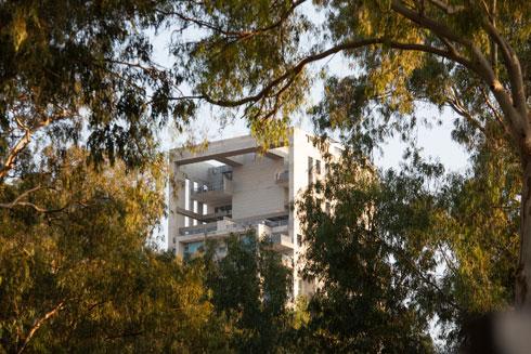 מבט על אחד מבנייני המגורים הסמוכים. תיקון מסוים לעוולות העבר (צילום: דור נבו)