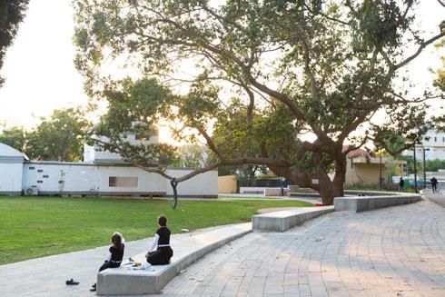 מול בית כהנא, ששימש במשך שנים כמוזיאון והיום את משרדי מוזיאון רמת גן הסמוך (צילום: דור נבו)