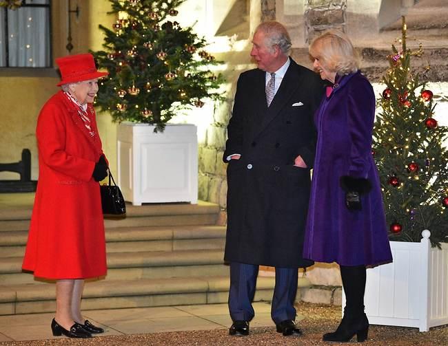 """""""איך נצא מהברוך הזה?"""". קמילה, צ'רלס ואליזבת (צילום: gettyimages)"""