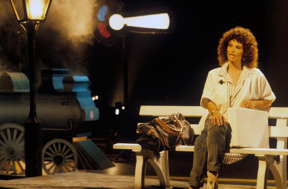 """בצילומים לתוכנית טלוויזיה, 1987. למטה: שרה עם שלמה ארצי את הדואט """"ברית לא מותרת"""", שאותו כתבה והלחינה (צילום: מיכאל קרמר)"""