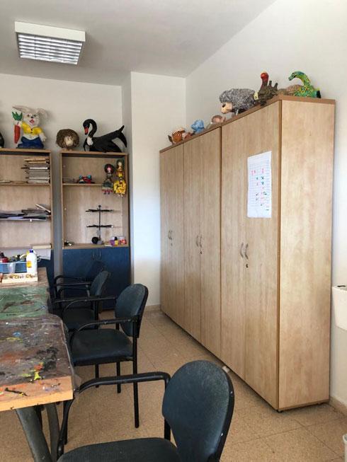 החדר באברבנאל, לפני העיצוב מחדש. הדגש היה על אומנות (צילום: שרית שני חי)