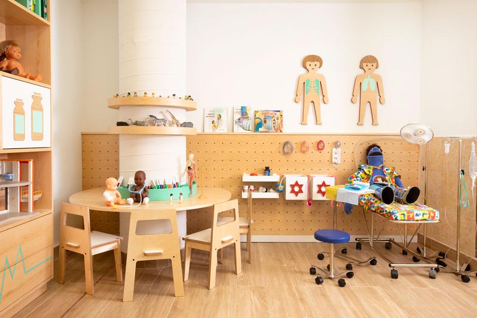 בסך הכל עיצבה שני-חי שלושה פרויקטים, שנחנכו באחרונה: בתמונה מרחב חינוכי לתיווך תהליכים רפואיים במחלקה הכירורגית בביה''ח לילדים ספרא בתל השומר, ויש גם מרחב למידה משחקי חדשני באסף הרופא (צילום: רוני כנעני)