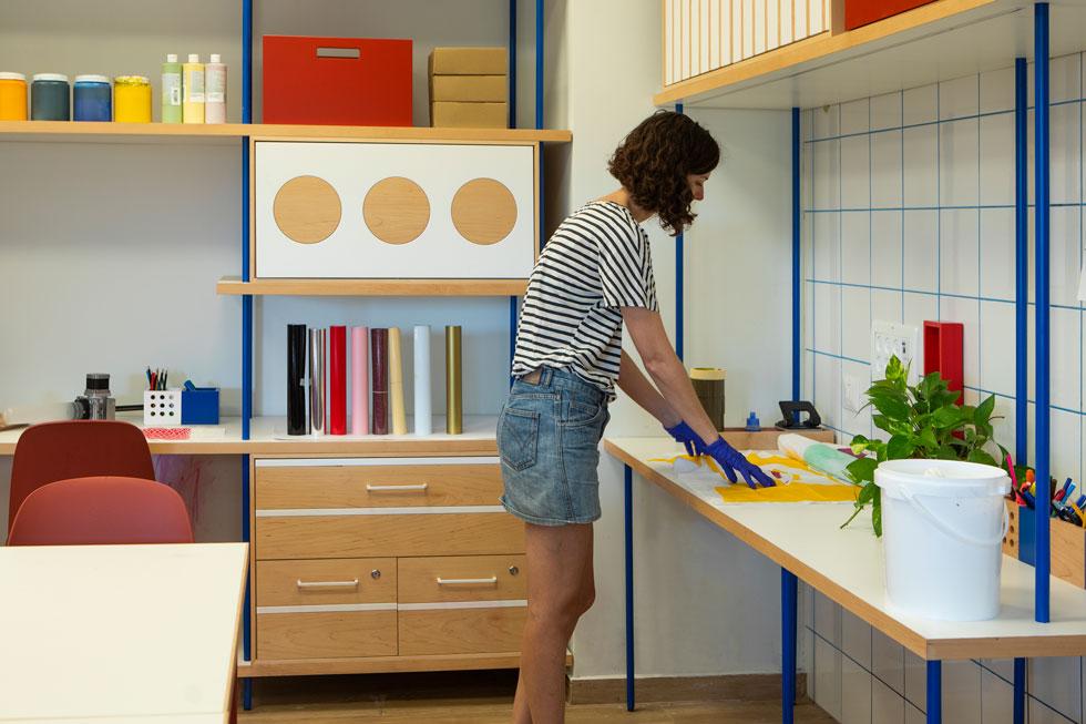מעצבת הטקסטיל מיקה בר לימדה את צוות המורים שיעור בהדפסה על טקסטיל (צילום: רוני כנעני)