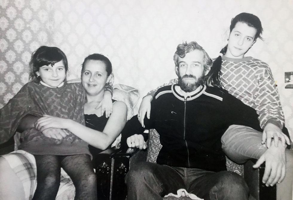 """סטופ (משמאל) עם הוריה ואחותה בבלארוס, לפני העלייה לארץ. """"היו הרבה שמועות שזרעו פחד"""" (צילום: אלבום פרטי)"""
