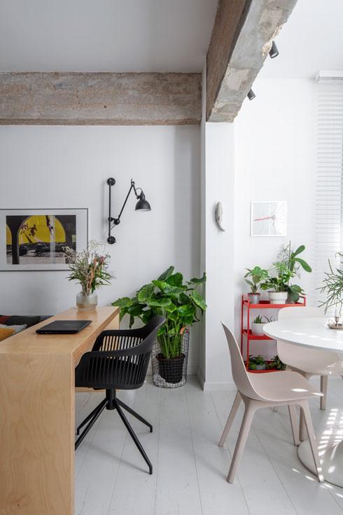 שולחן עבודה בין הספה לפינת האוכל  (צילום: אביעד בר נס)