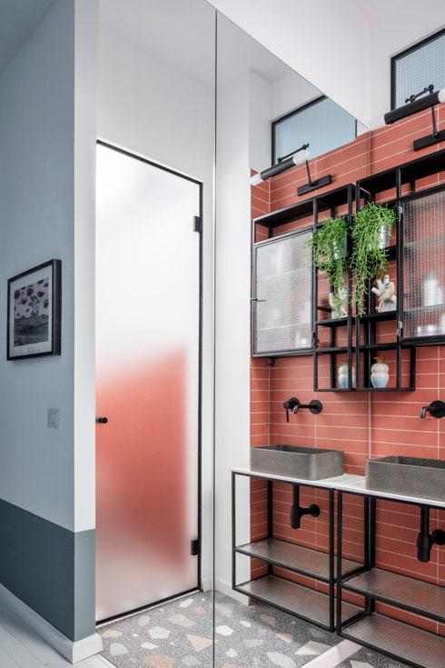 המראה משקפת את הדלת הגבוהה של השירותים. במעלה הקיר חלונות (צילום: אביעד בר נס)