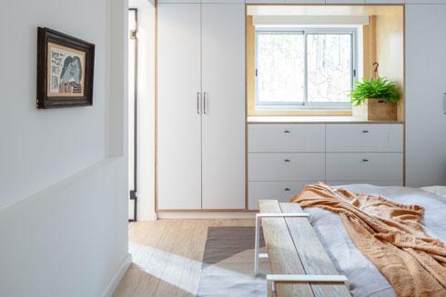 ארון הקיר שעוטף את החלון עשוי מפורמייקה לבנה ועץ ליבנה (צילום: אביעד בר נס)
